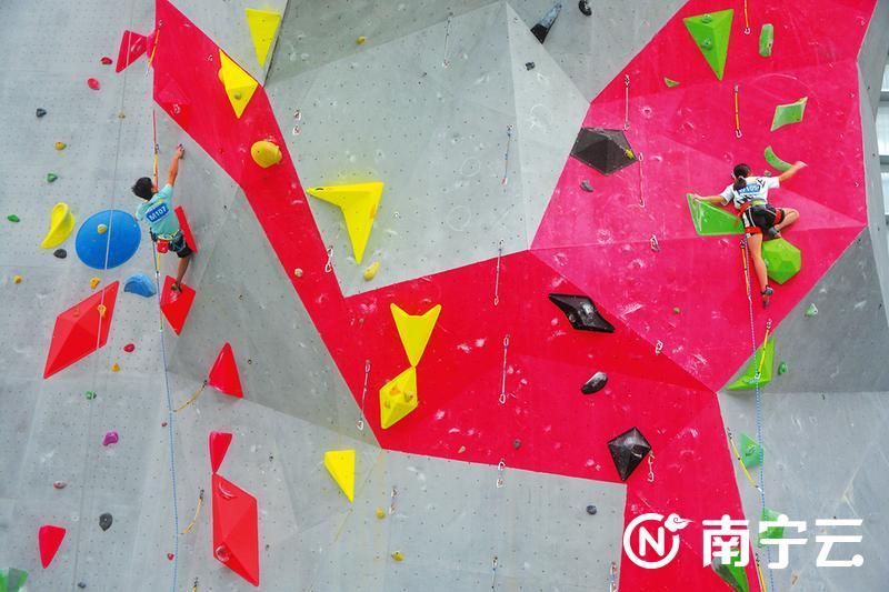 """100多名攀岩少年上演""""岩壁芭蕾"""" 南宁马山籍选手拿下多个项目冠军"""
