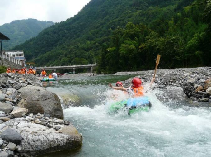 广西桑拿青城两河漂流自然环境优越,气候凉爽宜人