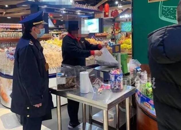 """柳州一超市现""""长毛""""牛肉干 店员处理方式让人气愤"""