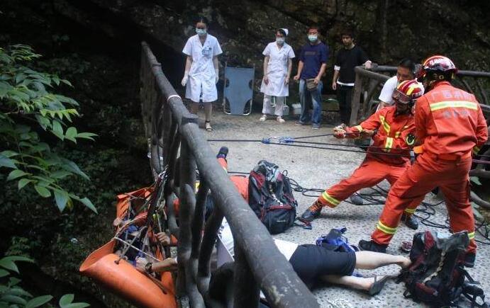 男子在灵川游玩时跌落瀑布峡谷 消防人员索降救援